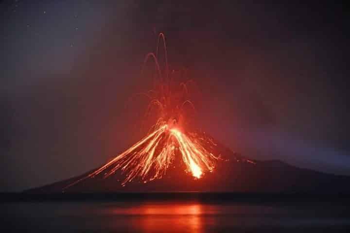 https://cdn.science101.com/wp-content/uploads/2019/01/Volcano-e1547230474381.jpg