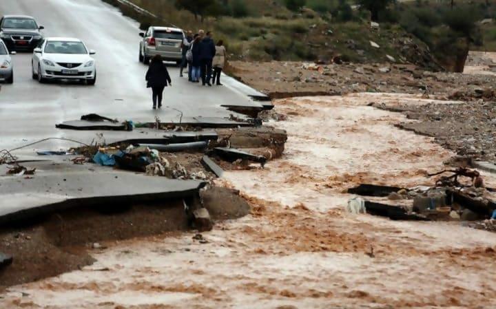 https://cdn.science101.com/wp-content/uploads/2019/01/Flash-flood-e1547170060741.jpg